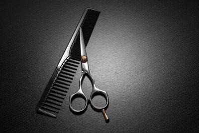 So schneiden Sie mittellange Haare selbst.