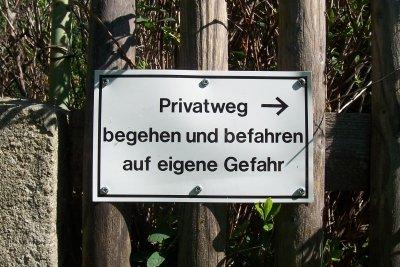 Ein Schild für einen Privatweg können Sie selber machen.