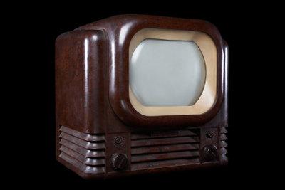 Erste Fernsehgeräte hatten nur ein kleines, meist unscharfes Bild.