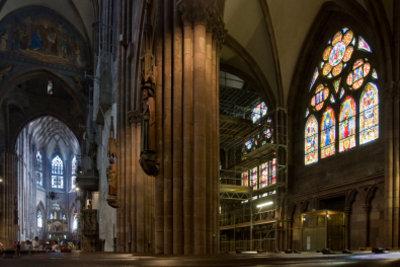 Sind alte Kirchenfenster unten wirklich dicker?