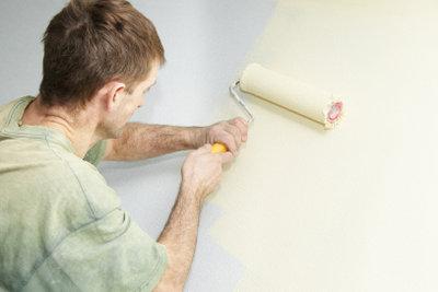 Eine Wand streichen ist nicht schwer.