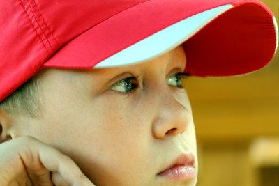 Eine rot-weiße Baseball-Cap ist Ash's Markenzeichen.
