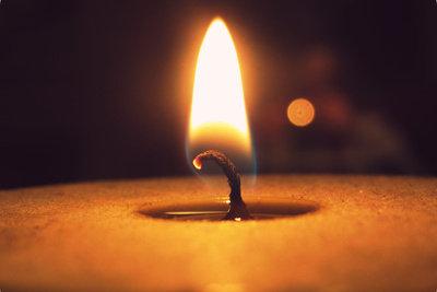 Mit einer Kerze testen Sie das Fenster auf Zugluft.