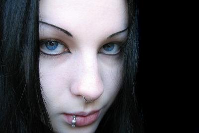Lippe der piercing über Labret Piercing