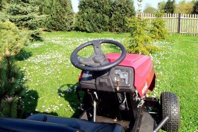 Einen gebrauchten Rasentraktor mit Schneeschild kaufen.
