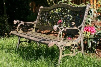 Bearbeiten Sie Ihre alte Gartenbank mit Rostentferner.