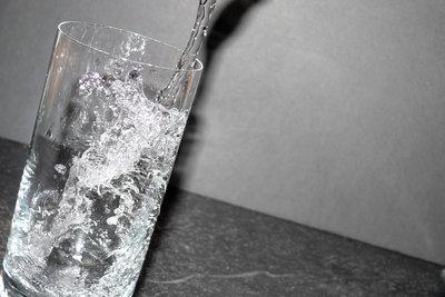 Testen Sie verschiedene Wassersorten auf ihren Geschmack.