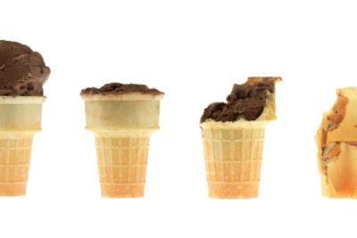Eis zu essen, lindert die Schluckbeschwerden.