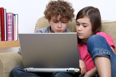 Laptopklassen-Schüler machen ihre Hausaufgaben auf ihrem Notebook.