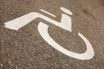 Dieses Zeichen weist auf behindertengerechte Bedingungen hin.