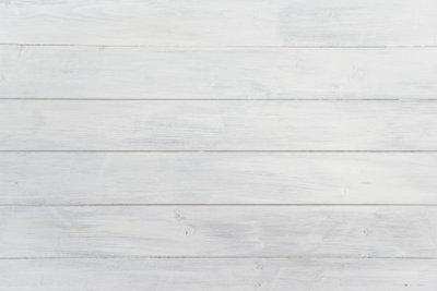 Bei lasiertem Holz bleibt die Maserung sichtbar.