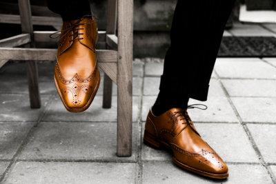 Lederfett pflegt und schützt Schuhe aus Glattleder.