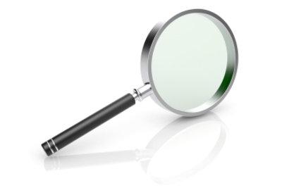 Eine Lupe gehört zur Standardausrüstung eines Detektivs.