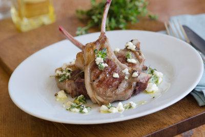 Lammkeulen können Sie einfach im Römertopf zubereiten.
