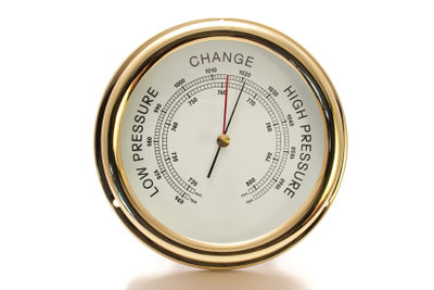 Ein Barometer zeigt den Luftdruckwert.
