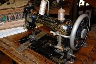 Bei der Nähmaschine die Spule einfädeln - so klappts bei