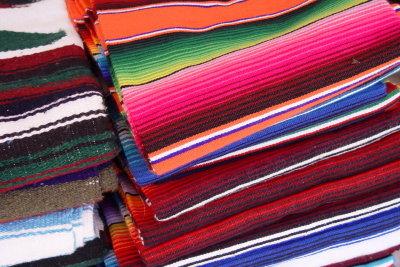 Ein klassischer Poncho wird traditionell gewebt.