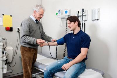 Zu hoher Blutdruck kann Nasenbluten verursachen.