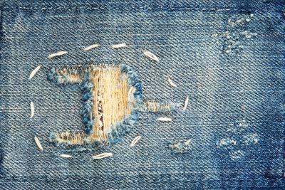 Versehentliche Löcher in Jeans lassen sich einfach in Mode verwandeln.