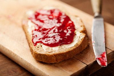 Leckere Stulle mit Erdbeermarmelade.