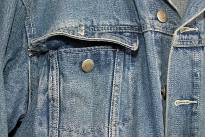 Möbel Sie Ihre alte Jeansjacke auf.