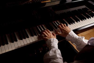 Blind Keyboard oder Klavier zu spielen lernen Sie schnell.