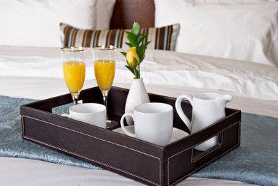 Frühstück im Bett erfreut die Freundin.