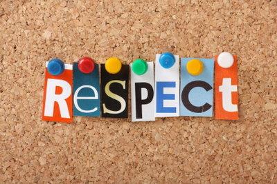 Eine respektvolle Haltung gehört zu guten Manieren.