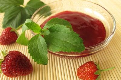 Selbst gemachte Erdbeermarmelade erhält durch Zugabe von Vanille ein sehr feines Aroma.