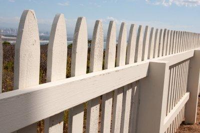 Holz im Außenbereich sollte regelmäßig überprüft werden.