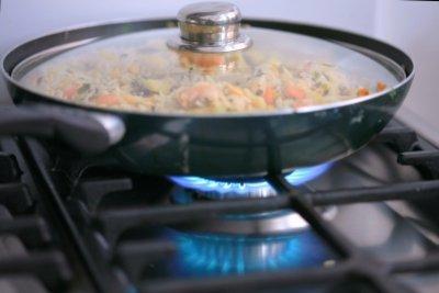 Eine Reispfanne mit Hackfleisch und Gemüse schmeckt der ganzen Familie.