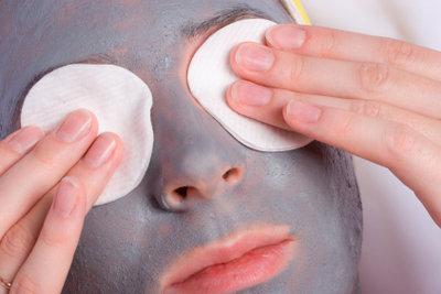 Regelmäßige Gesichtsmasken helfen gegen fettige Haut.