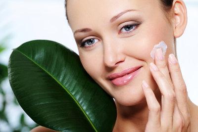 Viele Naturmittel helfen gegen unreine Gesichtshaut.