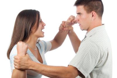 Durch unzuverlässiges Verhalten entstehen in Partnerschaften oft Streiterein.