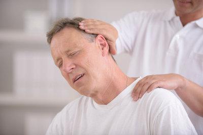 Eine Halsmuskelzerrung ist sehr schmerzhaft.