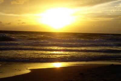 Nach dem Schnorcheln den Sonnenuntergang am Strand genießen
