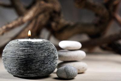 """Individuelle Teelicht-Halter wie """"brennende Steine"""" lassen sich auch selber herstellen."""