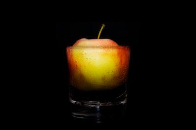 Legen Sie Äpfel in Calvados ein.