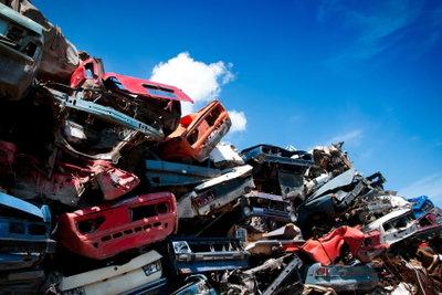 Eine Autoverwertung zerlegt Autos in noch brauchbare Einzelteile.