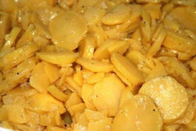 Kartoffelsalat schmeckt auch mit einem Dressing aus Essig und Öl.