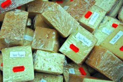 Reduzierter Preis für abgelaufenen Käse.