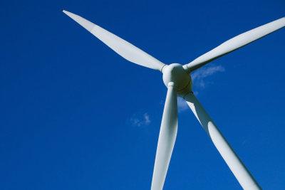 Drehende Windräder treiben Generatoren an.