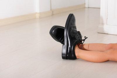 Dem Kind passende Schuhe kaufen.