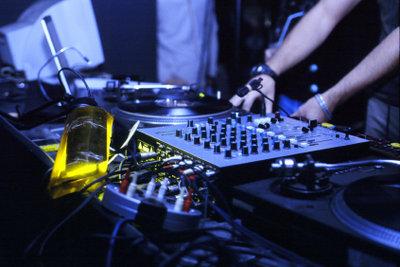 Als DJ Musik zum Tanzen spielen.