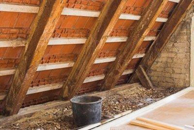 Bei Dachsanierung ist Wärmedämmung Pflicht.