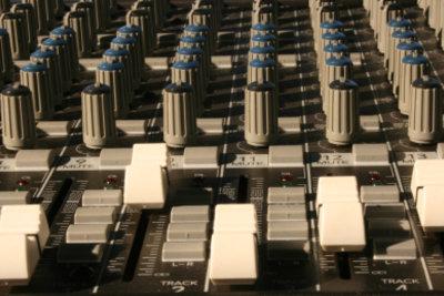 Der Tonmeister perfektioniert die Aufnahmen.
