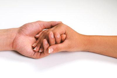 Manchmal ist Händchenhalten nur der Anfang.