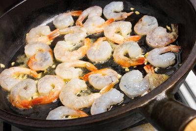 Legen Sie Shrimps nach dem Anbraten ein, um ein intensiveres Aroma zu erhalten.