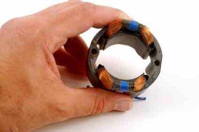 Durch die Spule wird ein Magnetfeld erzeugt.