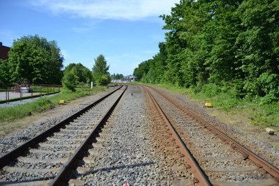 Sicherungsposten überwachen Gleisbauarbeiten.